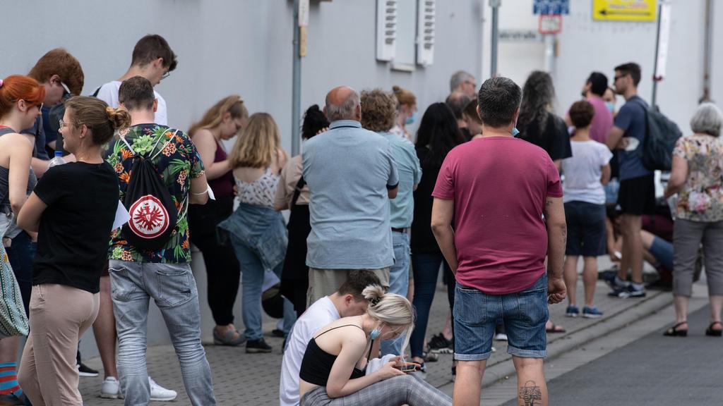 12.06.2021, Hessen, Babenhausen: Insgesamt mehr als 1500 Menschen warten bei sommerlichen Temperaturen im Freien auf Einlass in eine Arztpraxis im hessischen Babenhausen. Ein Hausarzt hatte hier 1000 Impfdosen Impfdosen erhalten und zu einem ·offenen