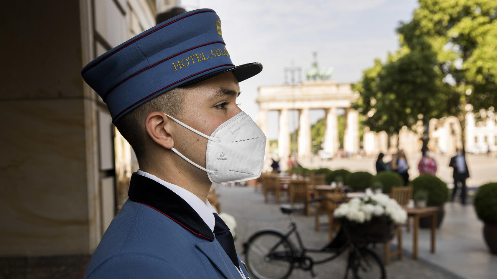 Hotelpage in Berlin mit Maske