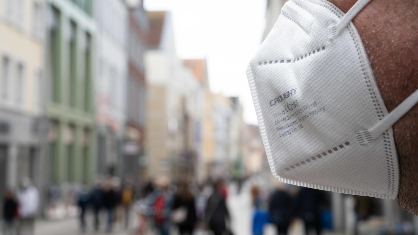 Erstmals seit mehr als acht Monaten haben die Gesundheitsämter in Deutschland weniger als 1000 Neuinfektionen binnen eines Tages an das Robert Koch-Institut (RKI) gemeldet.