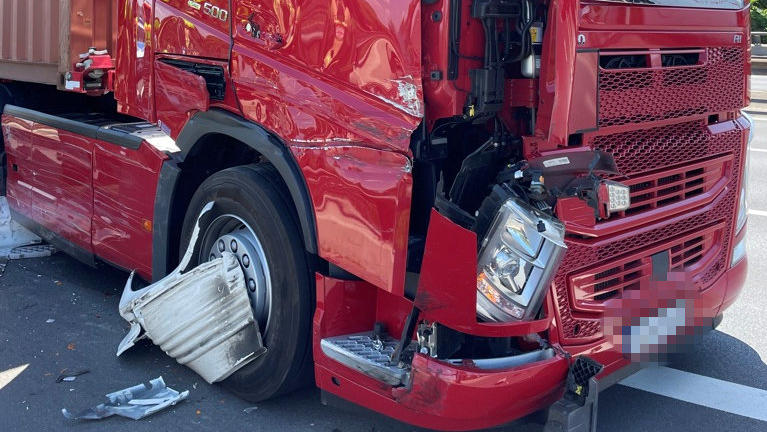 Der LKW von Frank Schöler ist nach der Rettungsaktion stark beschädigt.