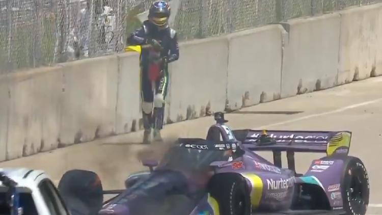 Wieder Feuer am Auto - Wagen brennt! Grosjean will löschen