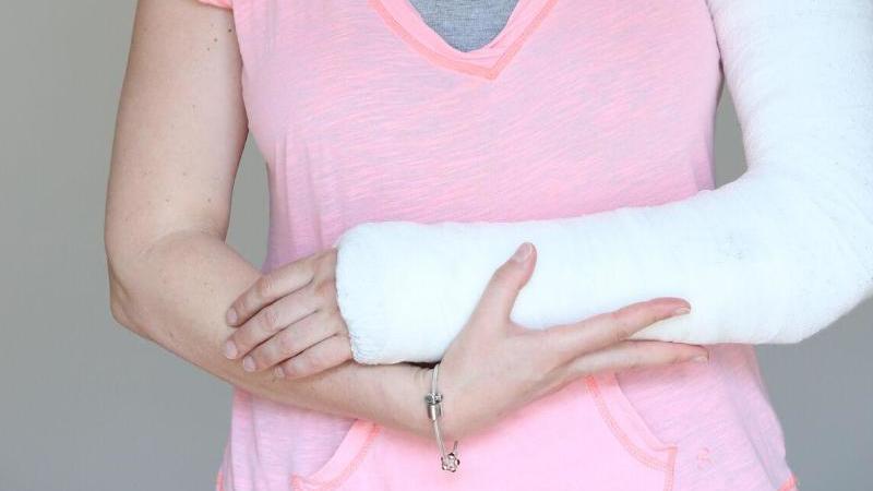 Ein Armbruch ist im Idealfall nach wenigen Wochen vergessen. Bei bleibenden Schäden kommt die Unfallversicherung auf