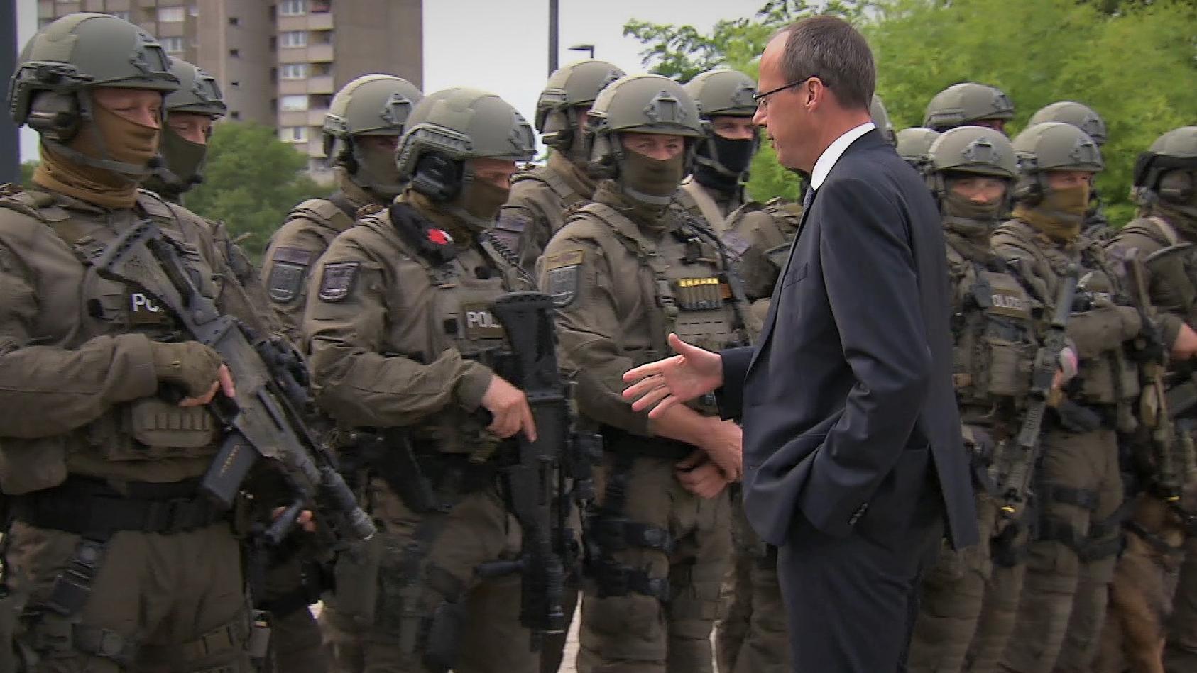 Peter Beuth hat das SEK in Frankfurt aufgelöst. 2017 hat der Innenminister eine Übung der Einheit noch besucht. (Archivfoto)