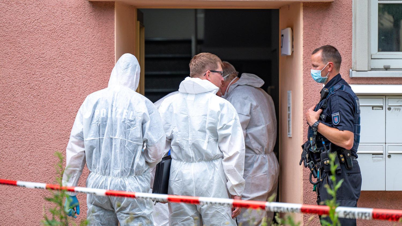 Die Polizei ermittelt nach dem Leichenfund in diesem Weimarer Mehrfamilienhaus.