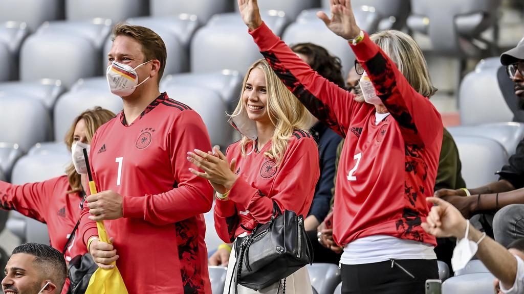 Anika Bissel (m.) und Marita Neuer (r.) beim EM-Spiel 2021 Deutschland gegen Frankreich in der Allianz Arena in München.