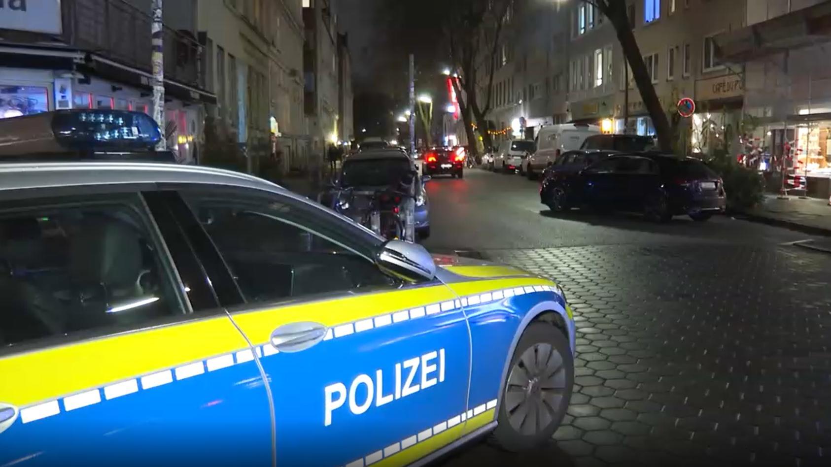 In Hamburg-Altona wurde ein 26-Jähriger beim Pinkeln ins Bein geschossen.