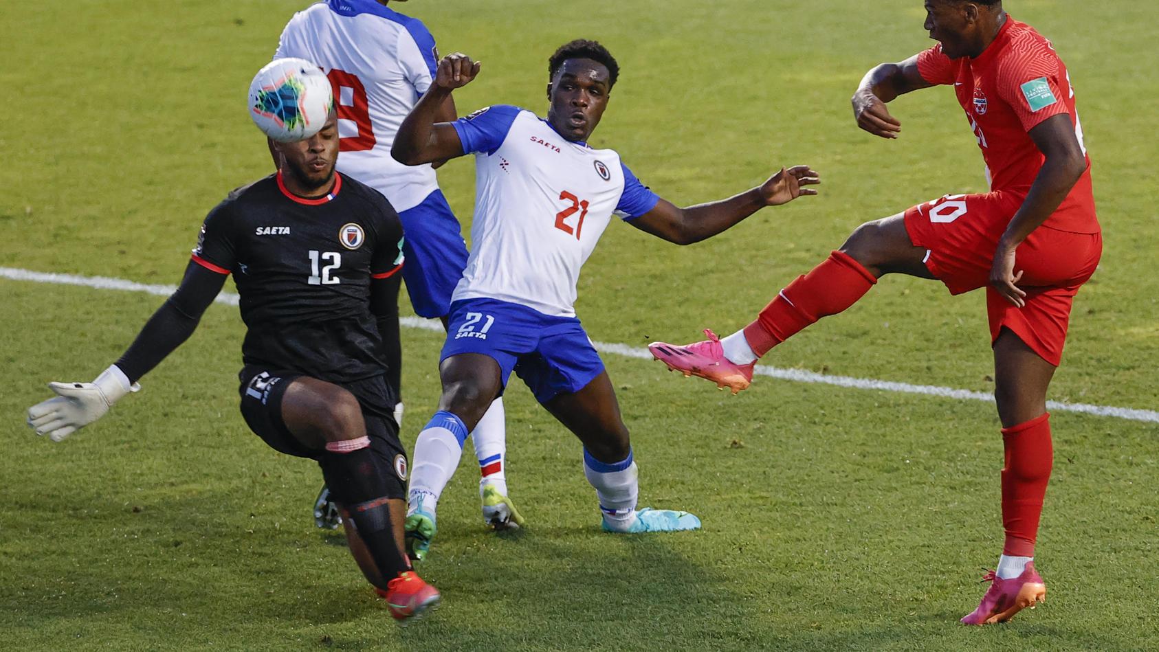In dieser Szene konnte Josue Duverger (Nummer 12) noch einen Ball abwehren.