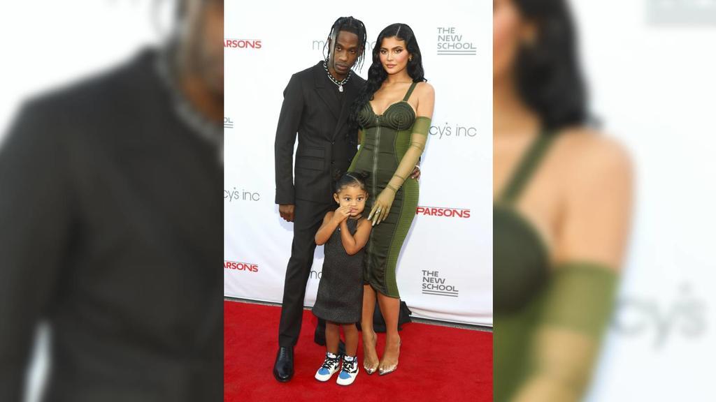 """Travis Scott und Kylie Jenner gemeinsam mit Tochter Stormi beim """"Parsons Benefit"""" in New York."""