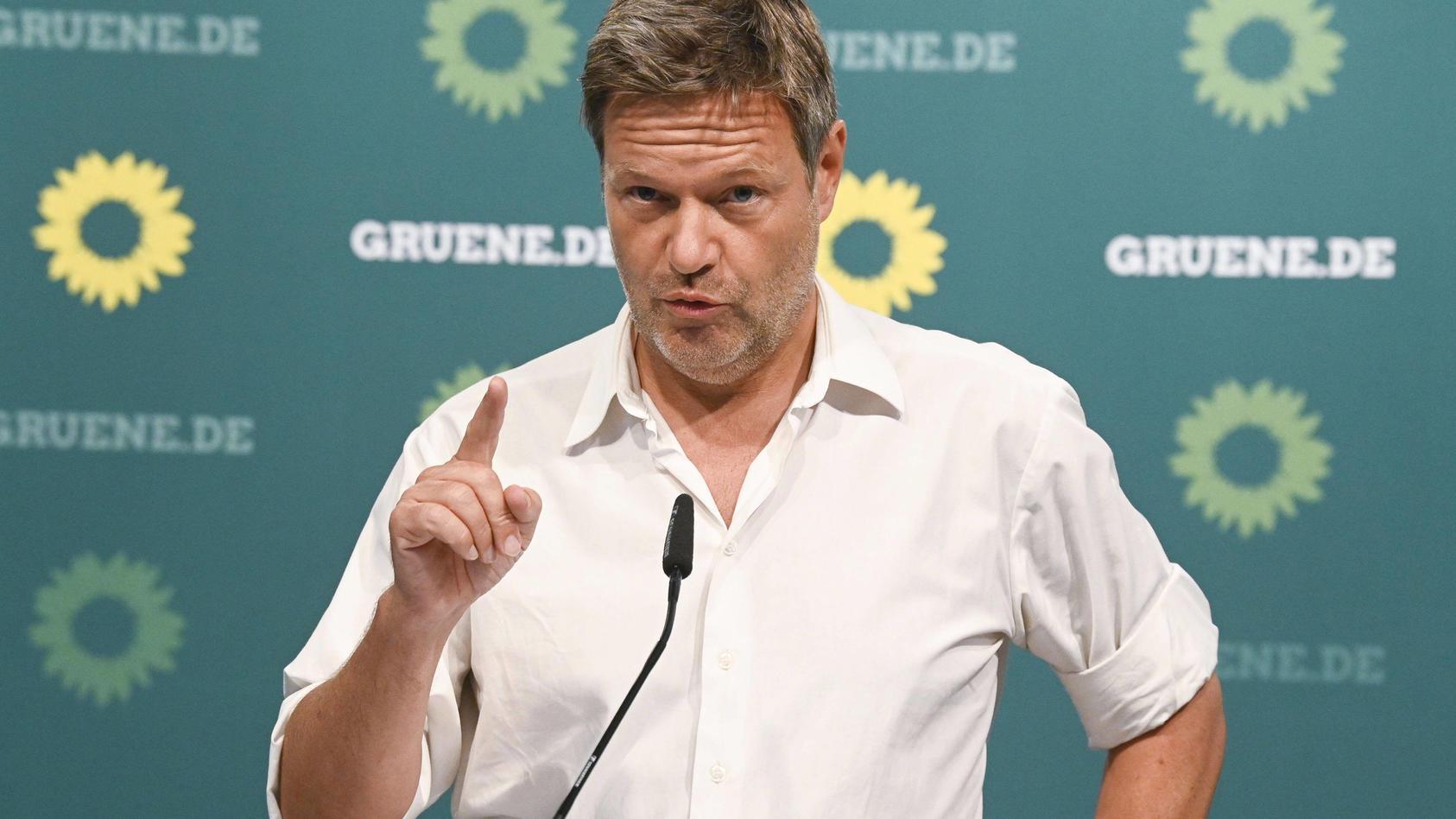 Robert Habeck bei einer Pressekonferenz nach Beratungen des Parteirats Bündnis 90/Die Grünen zum Umgang mit dem Parteimi