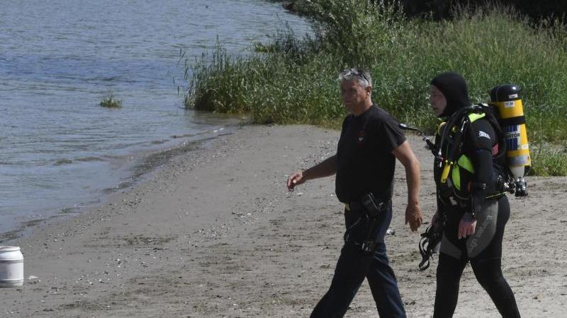 Polizei und Feuerwehr suchen im Rhein nach den zwei vermissten Mädchen.