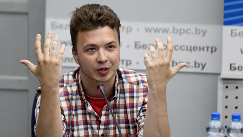 dpatopbilder - 14.06.2021, Belarus, Minsk: Der belarussische Dissident und Journalist Roman Protassewitsch gestikuliert, während er auf einer Pressekonferenz im Nationalen Pressezentrum des Außenministeriums vor Journalisten spricht. Pratassewitsch,
