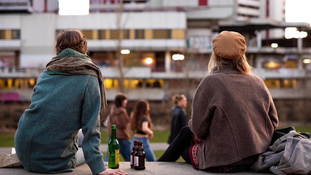 ARCHIV - 29.03.2021, Niedersachsen, Hannover: Jugendliche genießen am Abend das Frühlingswetter im Ihmepark. Trotz aller Belastungen in der Pandemie und der verbreiteten Corona-Müdigkeit blicken fast zwei Drittel der jungen Menschen in Europa optimis