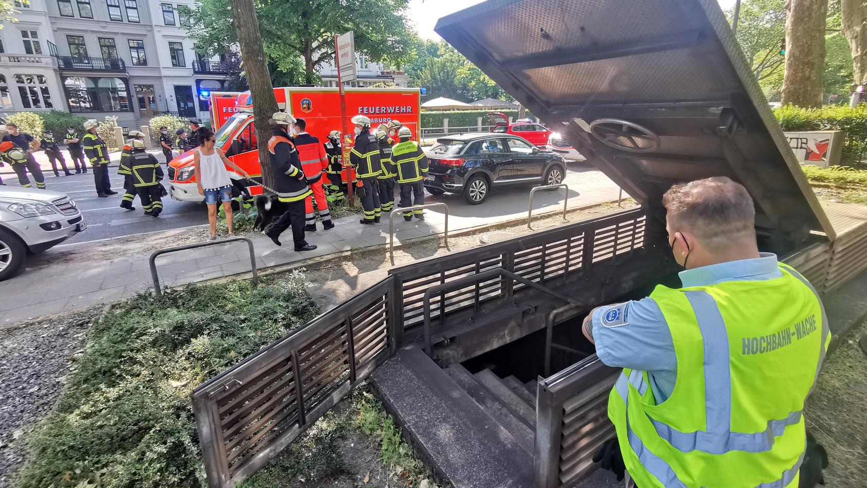 U-Bahn fährt in Tunnel gegen Hindernis