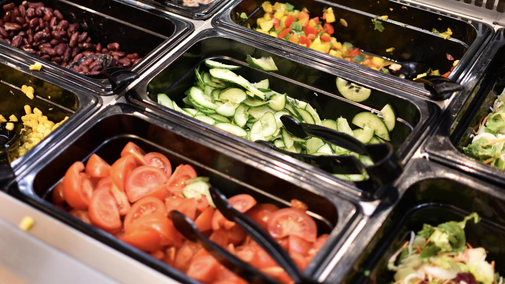 Ein Dieb hat sich an einer Supermarkt Salatbar bedient.