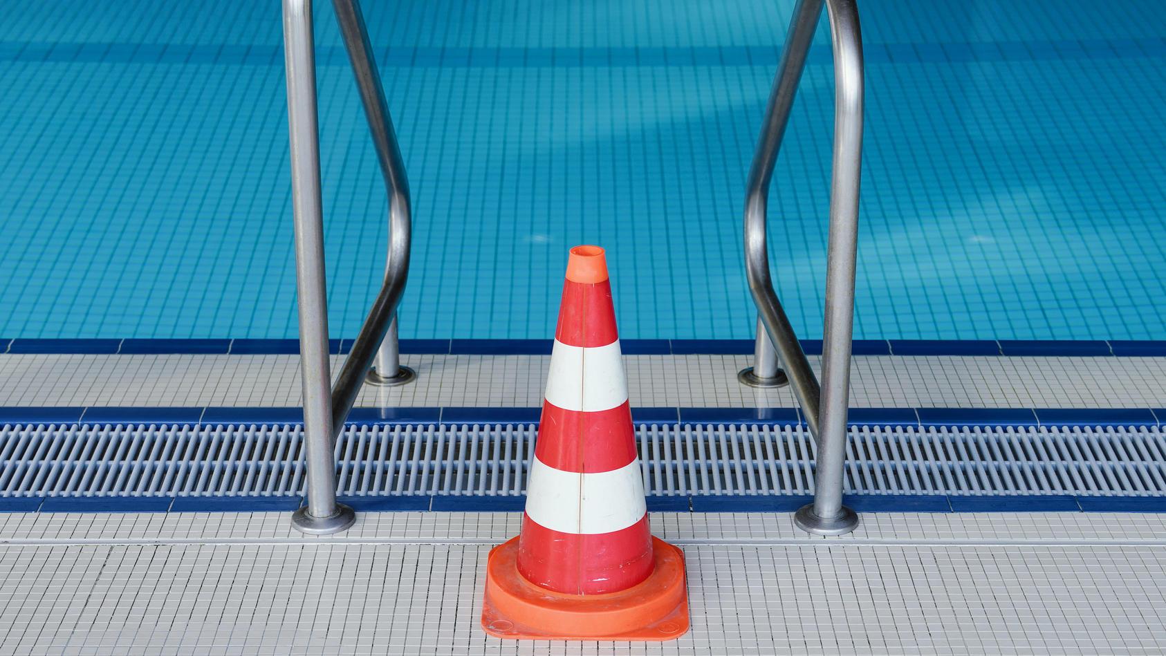 Nach einem Badeunfall haben zwei Kinder einen Elfjährigen aus einem Schwimmbecken geborgen (Symbolbild).
