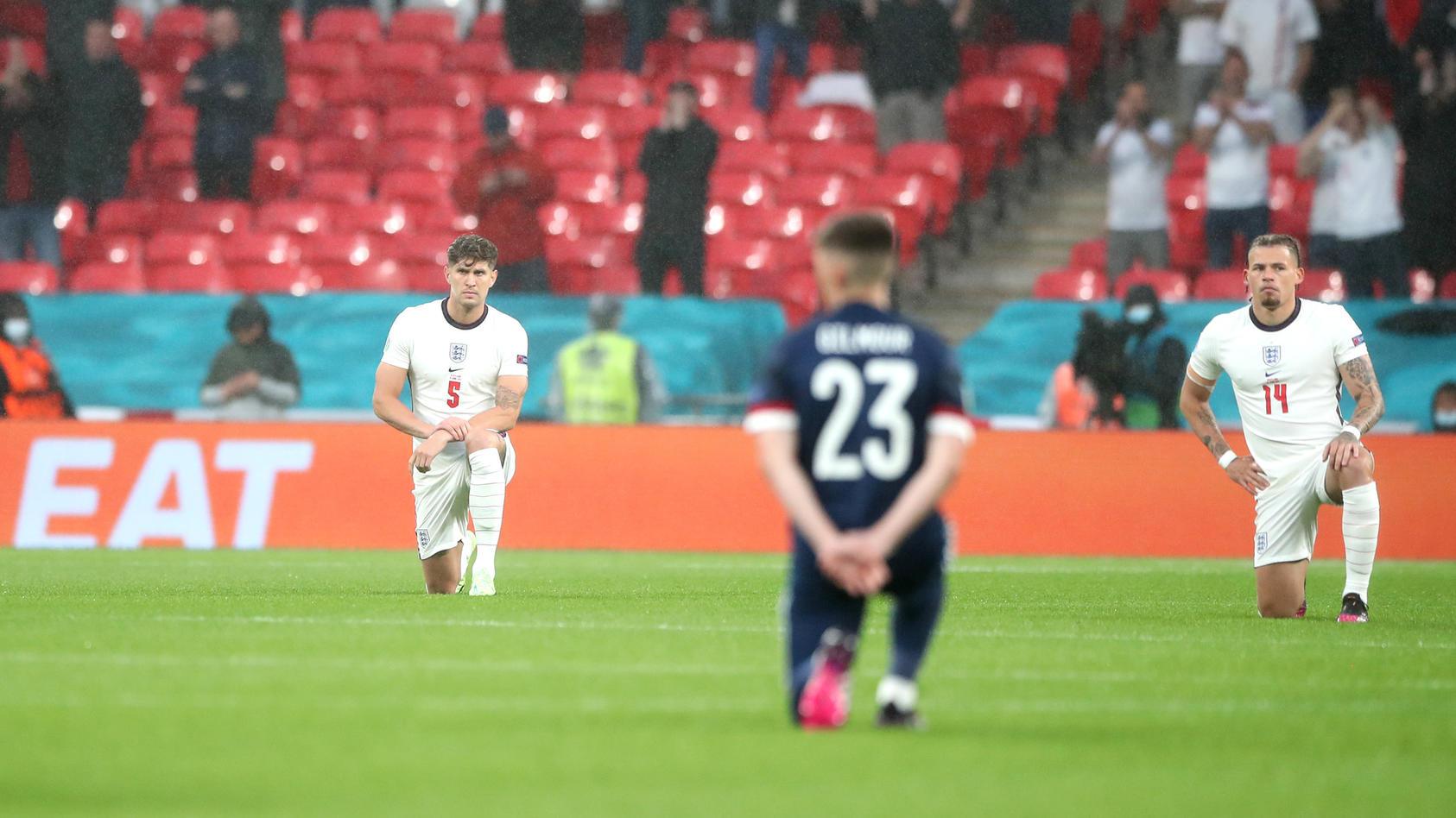 Spieler von England und Schottland gingen auf die Knie.