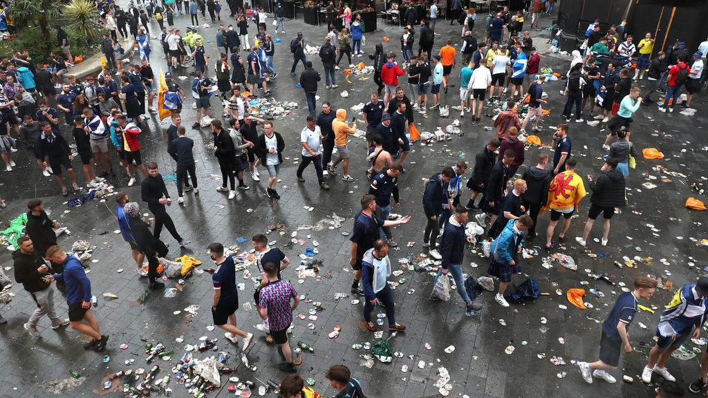 18.06.2021, Großbritannien, London: Fußball: EM, England - Schottland, Vorrunde, Gruppe D, 2. Spieltag, vor dem Spiel: Schottische Fans versammeln sich vor Spielbeginn auf dem Leicester Square. Foto: Kieran Cleeves/PA Wire/dpa +++ dpa-Bildfunk +++