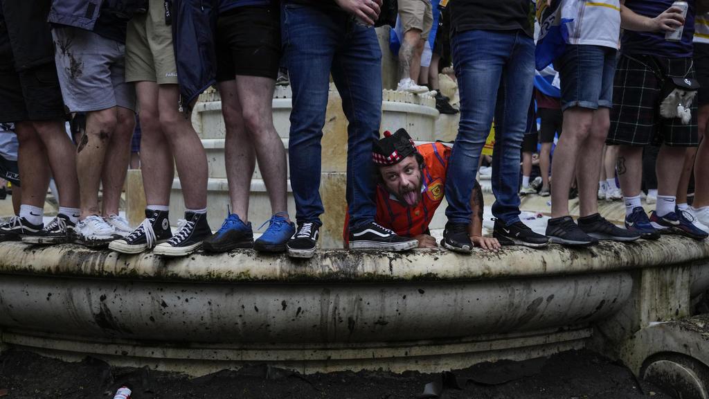 18.06.2021, Großbritannien, London: Fußball: EM, England - Schottland, Vorrunde, Gruppe D, 2. Spieltag, vor dem Spiel. Schottische Fans sind auf eine Statue von William Shakespeare auf dem Leicester Square geklettert. Foto: Kirsty Wigglesworth/AP/dpa