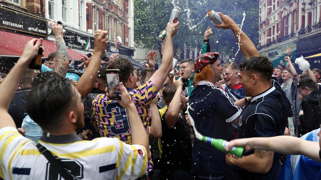 18.06.2021, Großbritannien, London: Fußball: EM, Vorrunde, Gruppe D, 2. Spieltag, England -Wales im Wembley Stadion. Schottische Fans feiern vor Beginn des Spiels. Foto: Kieran Cleeves/PA Wire/dpa +++ dpa-Bildfunk +++