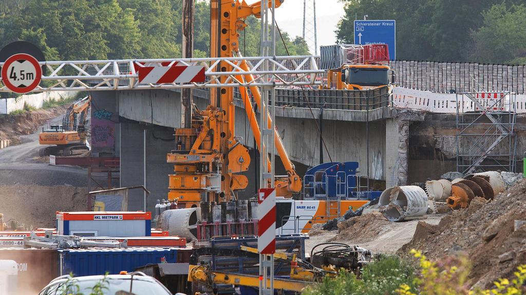 18.06.2021, Hessen, Wiesbaden: Ein Baustellenbereich an der Salzbachtalbrücke. Wegen möglicher Probleme mit der Statik ist die Autobahn-66-Brücke über das Salzbachtal in Wiesbaden am Freitag komplett für den Verkehr gesperrt worden. An der Salzbachta