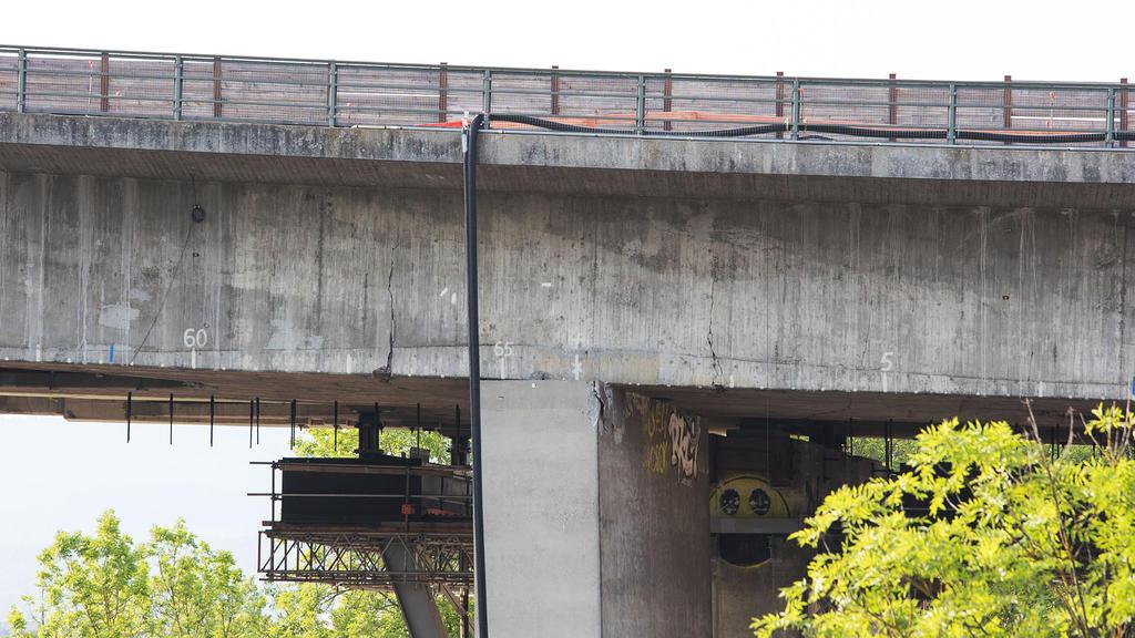 18.06.2021, Hessen, Wiesbaden: Risse sind im Beton der Salzbachtalbrücke zu sehen. Wegen möglicher Probleme mit der Statik ist die Autobahn-66-Brücke über das Salzbachtal in Wiesbaden am Freitag komplett für den Verkehr gesperrt worden. An der Salzba