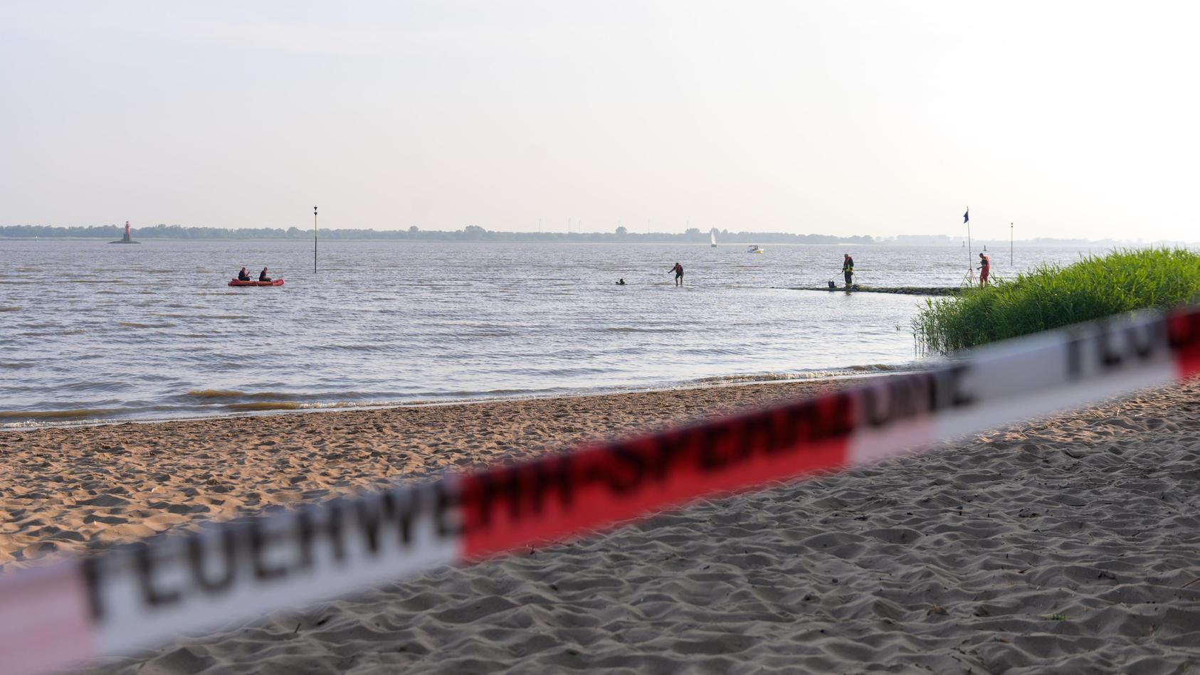 Suche nach Mädchen in Elbe bei Kollmar: Die Feuerwehr sperrte einen Bereich des Ufers ab.
