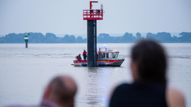 Bruder des Opfers sticht zu - Messerattacke nach Badeunfall in Elbe