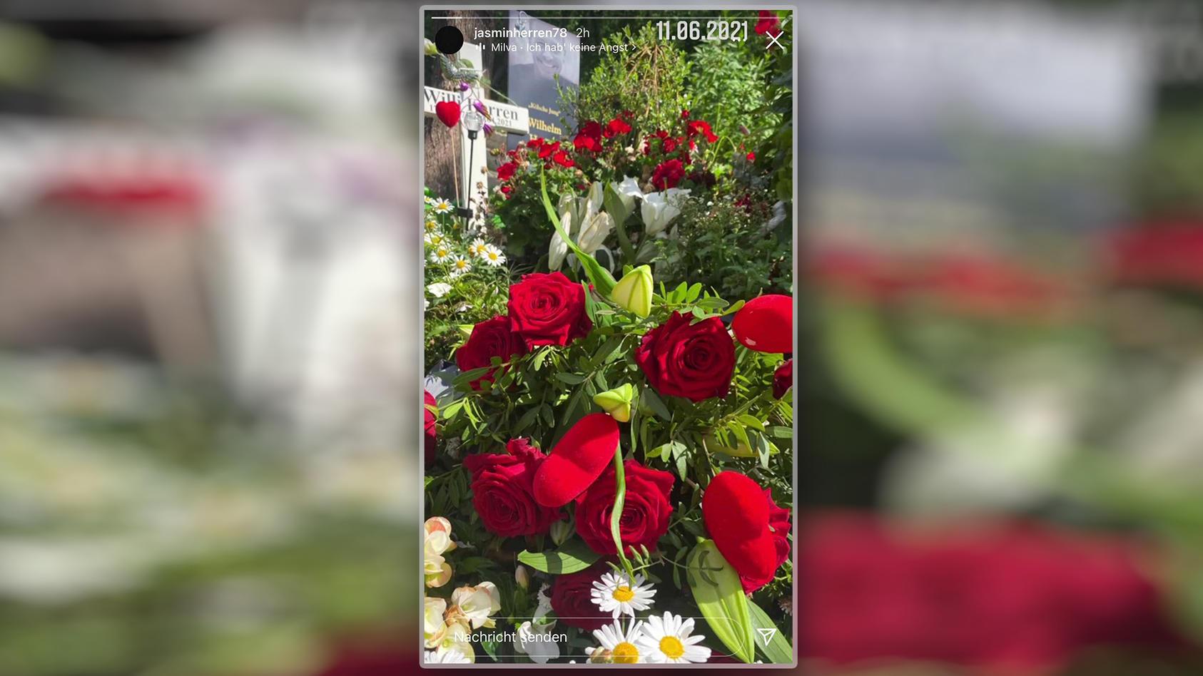 Jasmin Herren zeigt die Blumen auf Willis Grab.
