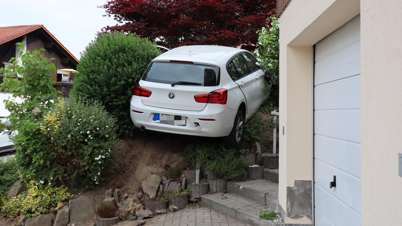 Die 23-jährige Fahranfängerin landete mit ihrem BMW im Garten