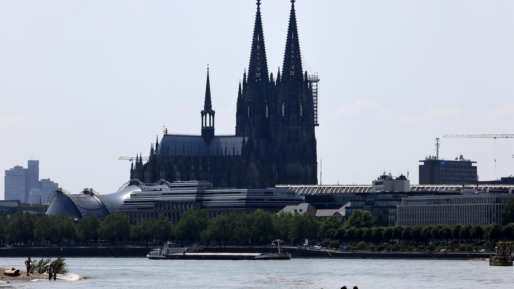 Ein Mann wurde tot im Rhein bei Köln entdeckt, nachdem er vor der Polizei geflohen ist. (Archivbild)