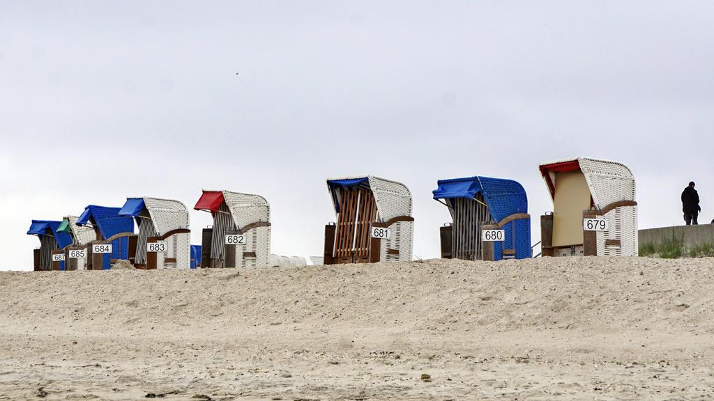 Insel Foehr Insel Foehr, Wyk, 28.05.2021 - Starndkoerbe stehen in Reih und Glied. Alles ist vorbereitet fuer die Urlaubszeit. Urlaub machen ist in vielen Bundesländern mit Corona Schnelltest wieder moeglich. Jetzt spielt das Wetter nicht mit und die