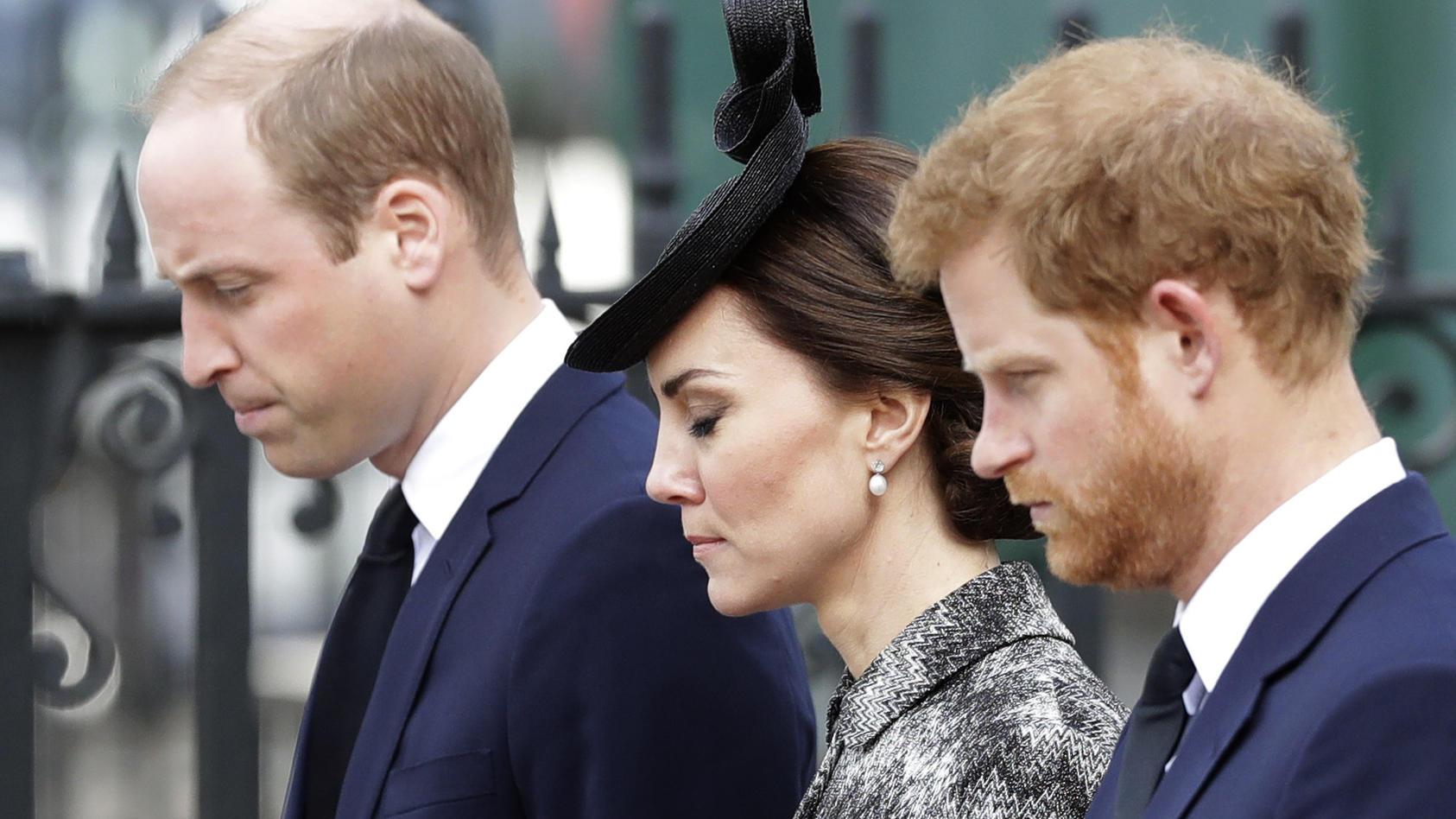 Herzogin Kate (Mitte) soll helfen, die zerstrittenen Brüder, Prinz William (r.) und Prinz Harry (l.), zu versöhnen