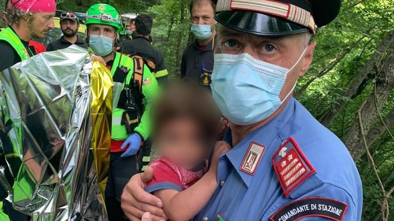 Der Junge war nachts von zu Hause weggelaufen. Ein Reporter fand das Kind nach zwei Tagen Suche.