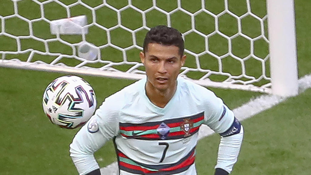 Sport Bilder des Tages BUDAPEST, HUNGARY - JUNE 15: Cristiano Ronaldo from Portugal pulls up his shorts during the the UEFA EURO, EM, Europameisterschaft,Fussball 2020 Championship Group F match between Hungary and Portugal on June 15, 2021 in Budape