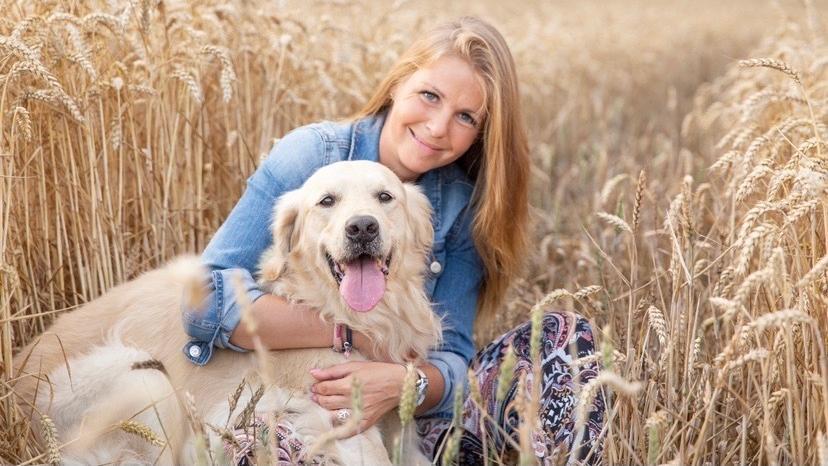 Frau und Hund kuscheln