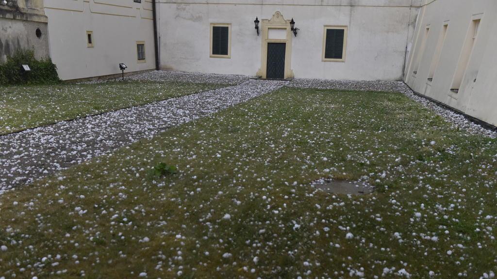 Nicht nur Tschechien war vom Tornado stark betroffen Auch in Österreich hagelte es schwer.