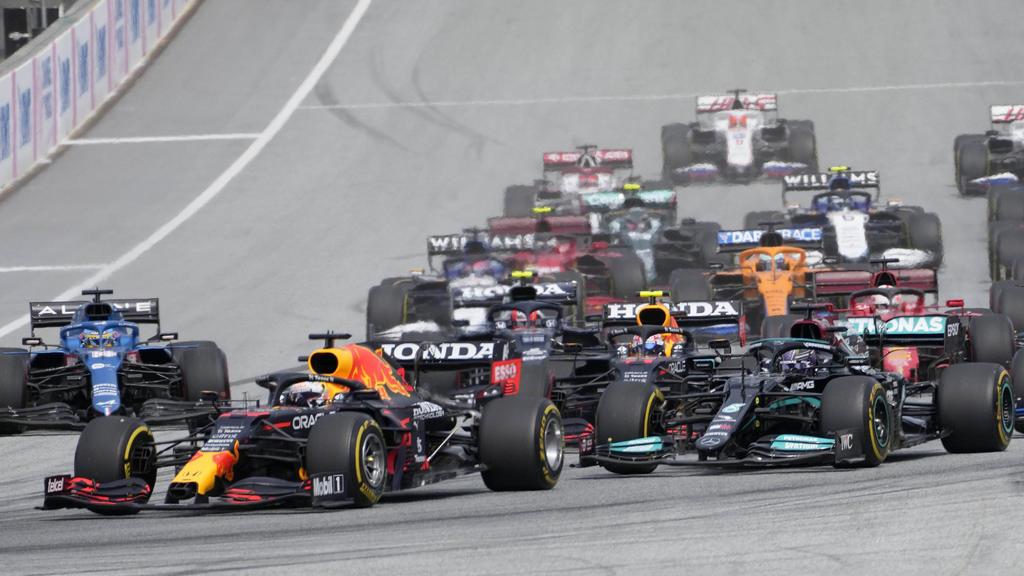 27.06.2021, Österreich, Spielberg: Motorsport: Formel-1-Weltmeisterschaft, Grand Prix der Steiermark, Rennen auf dem Red Bull Ring. Max Verstappen (l) aus den Niederlanden vomTeam Red Bull führt am Start vor Lewis Hamilton aus Großbritannien vomTea
