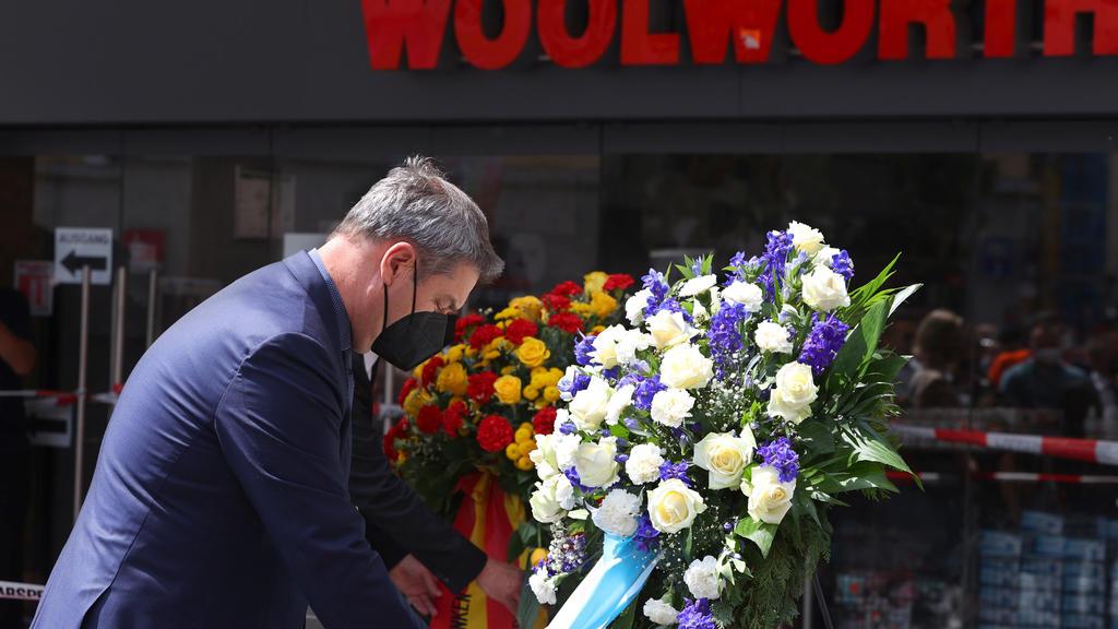 27.06.2021, Bayern, Würzburg: Markus Söder (CSU), Bayerns Ministerpräsident, gedenkt in der Innenstadt der Opfer einer Messerattacke. In Würzburg hat ein Mann am 25.06.2021 wahllos Menschen mit einem Messer attackiert. Drei Personen wurden getötet, m