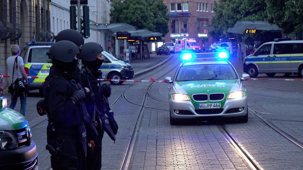 Mehrere Tote bei Messerattacke in Würzburger Innenstadt - Täter durch Polizeischüsse gestoppt Reporter auf Anfahrt ANKÜNDIGUNG - Unser Reporter ist auf Anfahrt - Baden-Württemberg, 97070 Würzburg, Deutschland *** Several dead in knife attack in Würzb
