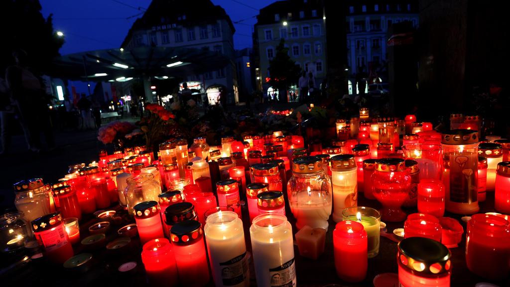 Nach der Messerattacke in der Würzburger Innenstadt stellten viele Menschen Kerzen auf.