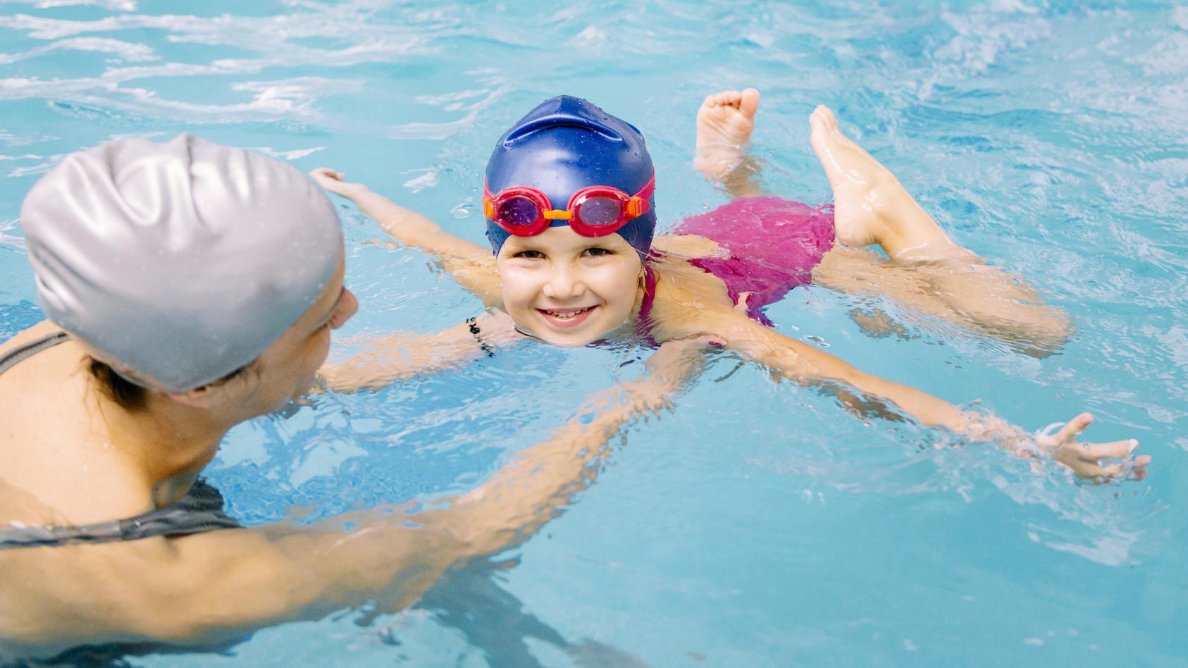 Wenn Kinder schwimmen lernen, gibt es einige Dinge die Sie als Eltern beachten müssen.
