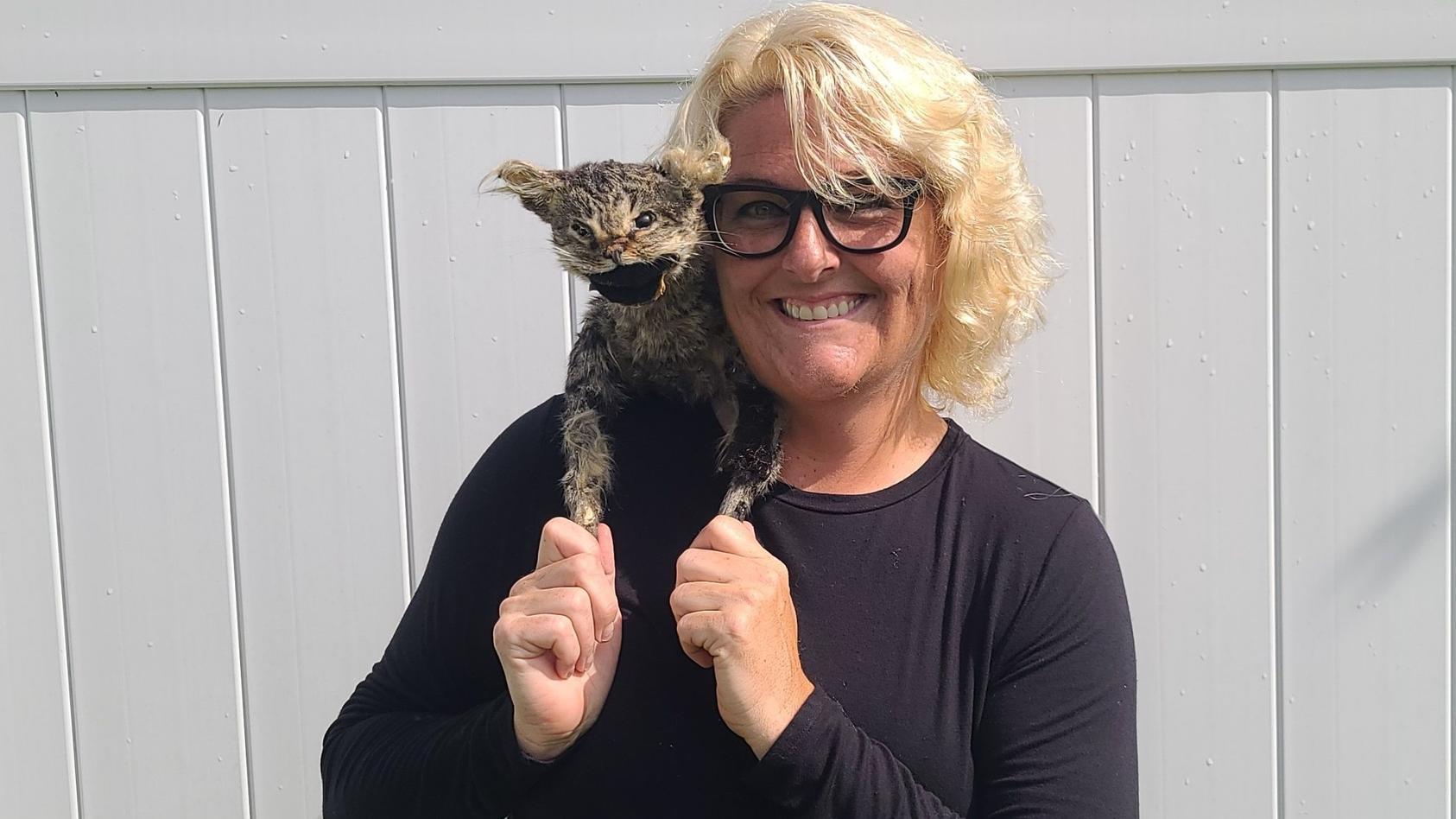 Egal, wie schräg die Gruselkatze auch aussieht, Jennifer Clark hat das ungewöhnliche Familienmitglied ins Herz geschlossen.