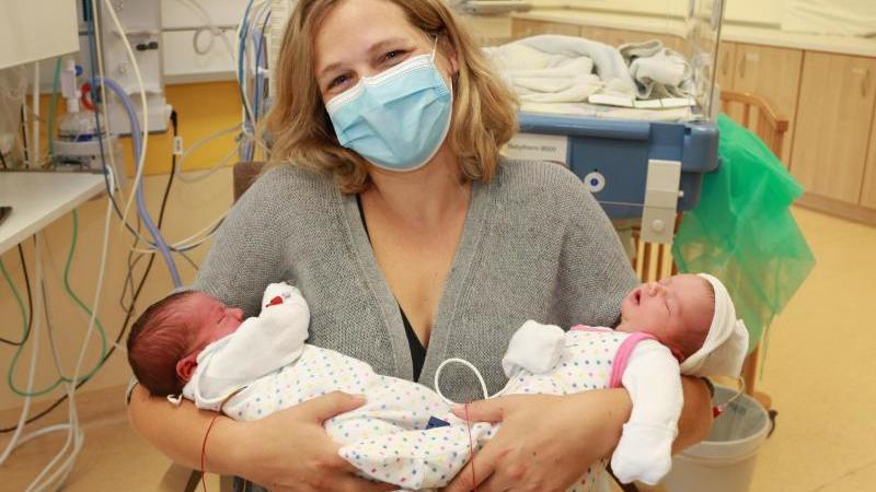 Die Mutter Anna Feg mit ihren Zwillingen Marlene und Pauline. Foto: dpa/Archivbild