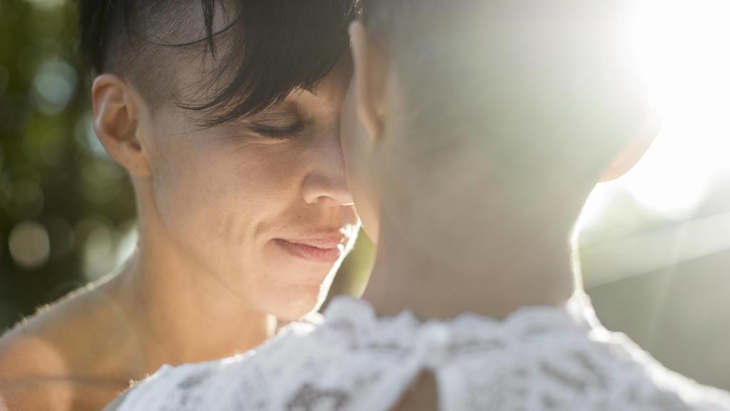 Frischverheiratetes lesbisches Paar genießt einen ruhigen Moment zu zweit