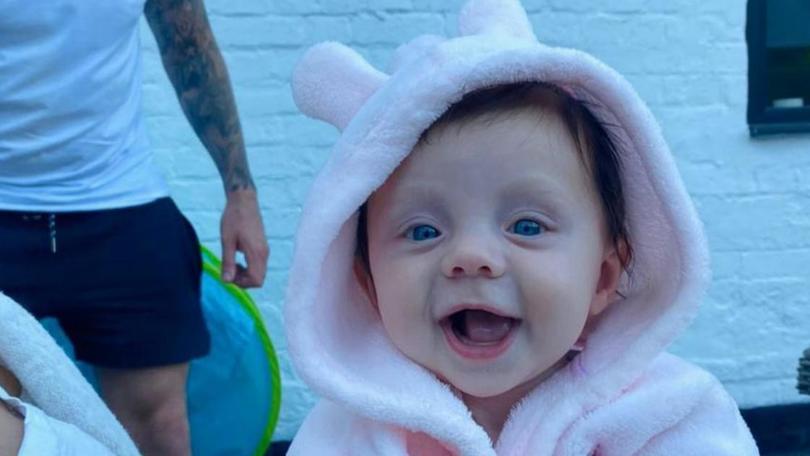 Bei Lexi Robins, die am 31. Januar 2021 geboren wurde, wurde die seltene und unheilbare Fibrodysplasia Ossificans Progressiva (FOP) diagnostiziert.