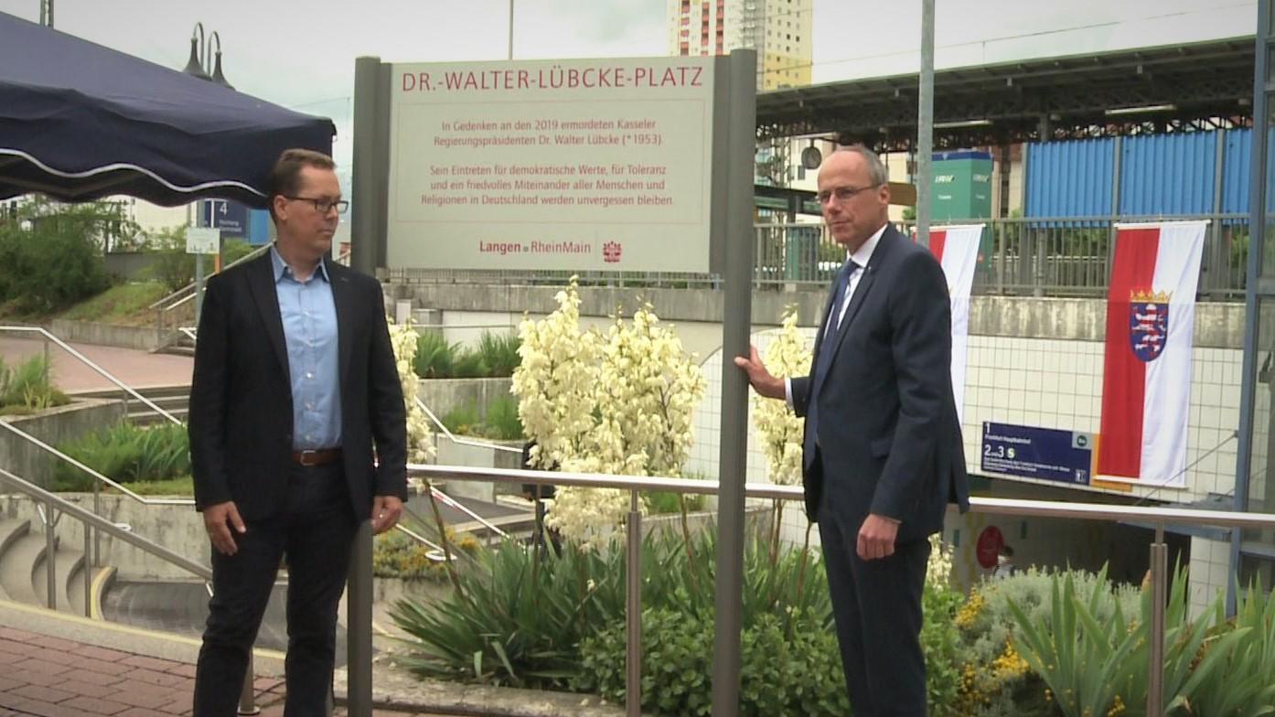 Innenminister Peter Beuth (r.) war bei der Namensgebung des Walter-Lübcke-Platzes in Langen dabei.