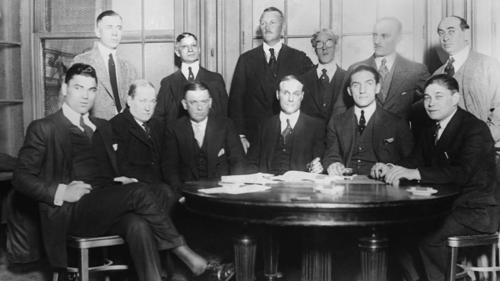 """Machten den """"Kampf des Jahrhunderts"""" fix (von links: Jack Dempsey, unbekannt, Manager Doc Kearns, Promoter Tex Rickard, Georges Carpentier, unebaknnt."""
