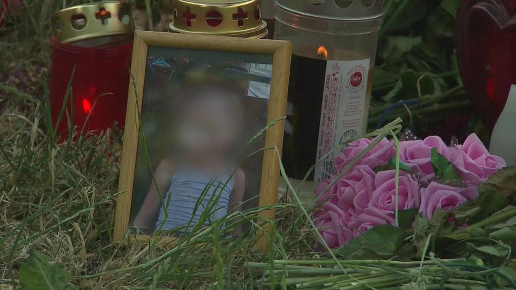 Am Fundort der Leiche ist ein Foto von Leonie aufgestellt.
