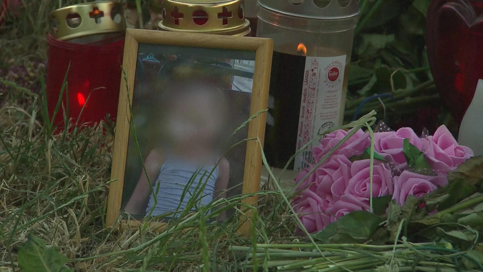 Am Fundort der getöteten Jugendlichen hat jemand ein Kinderfoto von Leonie (13) im Bilderrahmen aufgestellt.