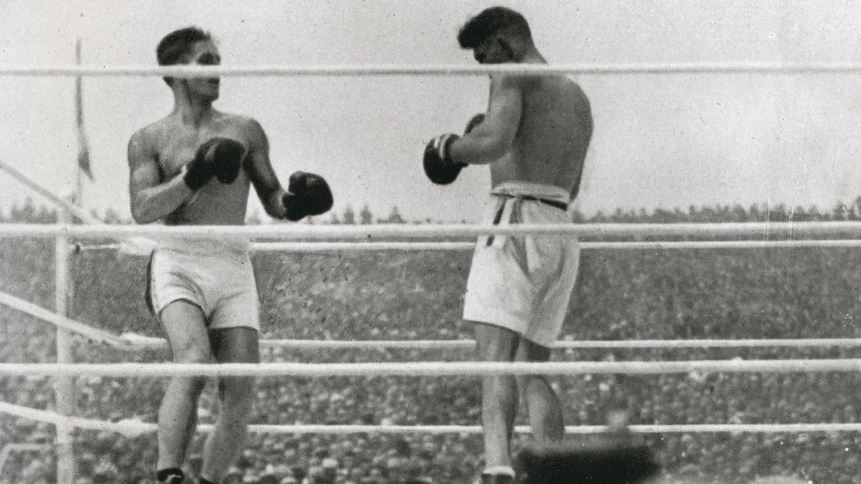 2. Juli 1921: Jack Dempsey (r.) und Georges Carpentier kämpfen vor 80.000 Zuschauern um den Schwergewichts-Titel - der Kampf des Jahrhunderts spült mehr als eine Million Dollar in die Kasse.
